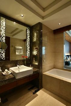 Crowne Plaza Delhi-interesting mirror and niches near the wash basin!! Very neat and modern look for the bathroom