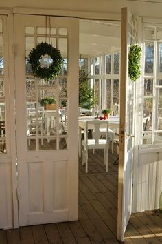Lovely Swedish veranda with subtle holiday decor. Cottage Porch, Cottage Homes, Cottage Style, Pole Barn House Plans, Pole Barn Homes, Home Interior, Interior And Exterior, Porches, Country Decor