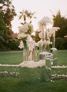flores blancas, vidrio y espejo