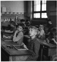 Photographie de Robert Dosneau prise en 1954.  Cette photographie a été prise dans une école , dans une salle de classe et elle représente des enfants réveurs .  Photo prise après les deux guerres .