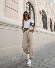 Yeni pantolon trendi slouchy jean modelleri 63 spring outfits for work office style business casual 48 springoutfits outfitideasforwomen Looks Street Style, Looks Style, Street Style Shoes, Street Outfit, Look Fashion, Fashion Clothes, Winter Fashion, Classy Fashion, Party Fashion
