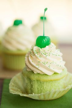 Shamrock Shake Cupcakes, fashioned after the famous McDonald's Drink. Green vanilla-mint cupcakes topped with whipped cream frosting. Shamrock Shake, Donuts, Yummy Cupcakes, Green Cupcakes, Cherry Cupcakes, Ladybug Cupcakes, Kitty Cupcakes, Snowman Cupcakes, Giant Cupcakes