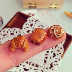 Les bébés ! #tiny #mini #cute #viennoiseries #miniature #miniaturefood #food #miniatures #handmade #polymer #polymerclay #fimo #foodart #modelage #modelling #french #pastry #boulangerie #petit #croissant #pain #brioche #chocolat #sweet #sugarpopcreation #français #marseille #creation #bijoux #cibo #finto