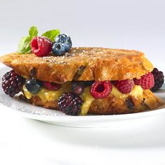 French Toast With Le Riopelle de l'Isle and Berries Brunch Recipes, Blueberry, Raspberry, French Toast, Sandwiches, Berries, Vegetarian, Sweets, Cheese
