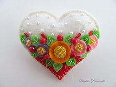 felt heart pin--try french knots (or pearls) and applique on wool bangles Felt Embroidery, Felt Applique, Felt Flowers, Fabric Flowers, Fabric Crafts, Sewing Crafts, Art Textile, Felt Decorations, Felt Brooch