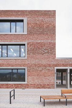 All good things come in threes: Schul- und Bürgerzentrum in Heidelberg - Baustil Brick Architecture, Minimalist Architecture, School Architecture, Architecture Details, Interior Architecture, Facade Design, House Design, Brick Detail, Concrete Bricks