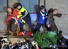 台湾・台北(Taipei)の行政院(内閣)庁舎で、仏教徒のデモ参加者らを排除する警官隊(2014年3月24日撮影)。(c)AFP/Mandy Cheng ▼25Mar2014AFP|【写真特集】台湾警察、対中協定反対派を強制排除 http://www.afpbb.com/articles/-/3010935