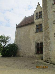 Le château de la Motte-Chalandray (86) est représentatif d'une série de logis de la 2° moitié du 15°s. Façades et toitures, escalier intérieur, les 10 cheminées intérieures sont inscrits à l'ISMH depuis le 1° juin 1973.