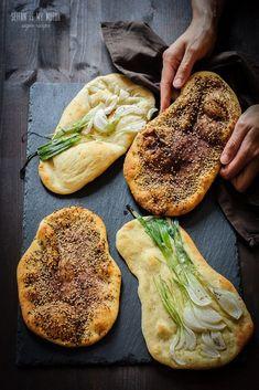 مناقيش manaqeesh (topped flatbread) {:en}Manaqeesh is a levantine flatbread that is traditionally topped with za'atar. The dough is versatile and the bread itself can be prepared very easily. Pizza Recipes, Bread Recipes, Vegan Recipes, Cooking Recipes, Naan, Vegan Pie, Vegan Bread, Seitan, Mezze
