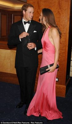 Prince William and Kate Middleton attended the dinner, hosted by the American Friends of the Royal Foundation of the Duke and Duchess of Cambridge and Prince Harry. Princesse Kate Middleton, Kate Middleton Dress, Kate Middleton Style, Prince William And Catherine, William Kate, Princesa Diana, Principe William Y Kate, Duchesse Kate, Vestidos Animal Print