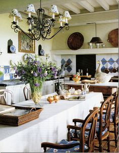 "A house in Provence: ""Mas de Baraquet"". In another photoshoot, the table is covered with a white cloth."