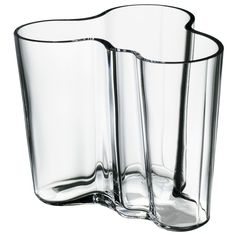 In Alvar Aalto created his classic series of glass vases. The Alvar Aalto Collection has been a staple of modern Scandinavian design ever since. Today, just as then, each and every vase in the Alvar Aalto Collection is mouth blown and created in a w Design Museum, Alvar Aalto Vase, Vase Transparent, Design3000, Contemporary Vases, Modern Vases, Contemporary Furniture, Design Vase, Product Design