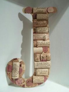 Letra J hecha con corchos de vino.