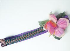 Headband con flor de tela y pua metálica.