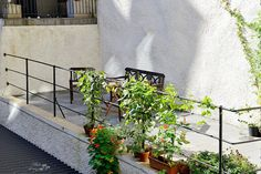 Trivsam innergård med utemöbler