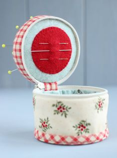 PDF Sewing Organizer - Pincushion Sewing Pattern & Tutorial, Sewing Kit Pattern, Sewing Tools Case, Sewing Notions, DIY Gift for Seamstress Sewing Hacks, Sewing Tutorials, Sewing Crafts, Sewing Patterns, Sewing Caddy, Sewing Kits, Needle Book, Sewing Rooms, Sewing Projects For Beginners