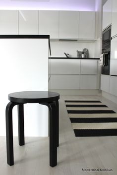 keittiö Black And White Interior, My Dream Home, Bar Stools, My House, New Homes, Kitchen, Table, Decorating Ideas, Interiors