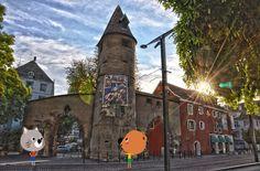 """Arrivés à #Mulhouse, #Mouk et Chavapa s'arrêtent pour admirer l'architecture du centre commercial « Porte Jeune » entre modernité et respect du patrimoine architectural de la ville. Il a été construit pour être la """"vitrine"""" du dynamisme de la ville."""
