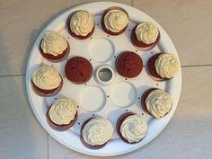 """Aufgabe 3: Cupcakes... Dieses Mal habe ich mich auf 12 Cupcakes beschränkt. Da es mir wichtig war, den Boden incl. Deckel einmal alleine zu testen um zu schauen, ob die Cupcakes auch bei einer geringen """"Beladung"""" stabil und sicher transportiert werden können.  Von daher habe ich Red Velvet Cupcakes mit und ohne Frosting gebacken. Diese versucht gleichmäßig auf dem Transportboden zu verteilen. Was man als positiv bewerten muss: Die Mulden für die einzelnen Cupcakes sind schön und vor allem…"""