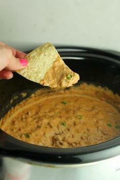 Slow Cooker Taco Dip Crock Pot Dips, Crock Pot Tacos, Slow Cooker Tacos, Slow Cooker Recipes, Crockpot Recipes, Slower Cooker, Cream Cheese Taco Dip, Sour Cream Dip, Appetizer Dishes