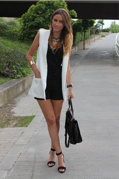 Discover the latest fashion trends from the most fashion forward women around the world. Sleeveless Blazer Outfit, White Vest Outfit, Sleevless Blazer, Blazer Outfits, Blazer Fashion, Casual Outfits, Fashion Outfits, Short Outfits, Summer Outfits