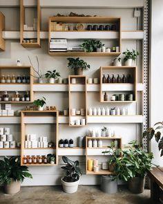 Как вам такой дизайн И удобно и красиво 😍  Coffee Shop Design, Cafe Design, Cafe Interior, Interior Design Living Room, Interior Livingroom, Pharmacy Design, Diy Home Decor, Room Decor, Regal Design