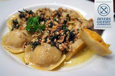 Ravióli recheado de abóbora com gorgonzola e coberto por sálvia na manteiga e avelãs crocantes