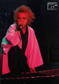 Takanori (Ruki) Matsumoto (the GazettE) ahh! I loved this hairstyle on him…