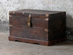 Storage Chest : one of our selected vintage furniture pieces that will give you that 2018 interior decor trend; glam dark woods. Update your look with dark furniture that have a little bit of glam in the details and hardware. #2018trends #vintage #furniture #homedecor