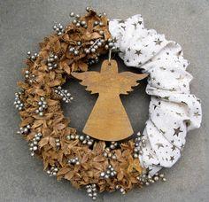 Zlatý+věnec+s+andělem+-+věnec+kombinovaný+-+lněná+látka+se+zlatými+hvězdičkami+a+bukvice+se+zlatými+bobulemi+canella+-+uprostřed+s+dřevěným+andělem,+stříkaným+na+zlato+-+průměr+30+cm+-+originální+netradiční+dekorace Burlap Wreath, Christmas Wreaths, Decor, Decoration, Burlap Garland, Decorating, Deco