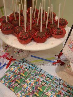 Cake pops y chocolates de Mickey y Minnie. Mickey y Minnie party. http://antonelladipietro.com.ar/blog/2012/04/mickey-y-minnie-party/