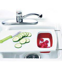 """Hier ist das Abtropfsieb gleich integriert: Das Schneidebrett aus der """"Smart Kitchen""""-Serie von Emsa nutzt den Platz über dem Spülbecken optimal aus. Einfach ausziehen, einhängen, losschnippeln.  (Einsatz abnehmbar, 41 x 25 cm, ca. 26 Euro, über Neckermann.de)"""