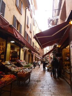 """Mercado di Mezzo"", Bologna Italia (Marzo)  ✈✈✈ Don't miss your chance to win a Free Roundtrip Ticket to Bologna, Italy from anywhere in the world **GIVEAWAY** ✈✈✈ https://thedecisionmoment.com/free-roundtrip-tickets-to-europe-italy-bologna/"