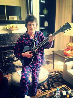 I don't know Ronnie, the Guitar looks l. Jeff Beck Group, Mick Jagger Rolling Stones, Lip Logo, Rollin Stones, Ron Woods, Ronnie Wood, Estilo Rock, Strange Photos, Rhythm And Blues