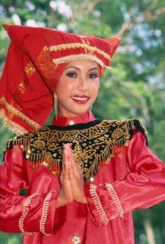 Malaysian Dancer in traditional dress WW - Loshari Ref Malaysia Truly Asia, Portraits, Pictures Of People, Borneo, Famous Women, Ethnic Fashion, Headgear, People Around The World, Headdress