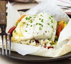 Arroz 7 cereais com bacalhau e legumes. Bacalhau é um peixe magro e rico em gorduras saudáveis, enquanto o arroz 7 cereais é uma alternativa benéfica ao branco, já que contém muitos nutrientes e deixa o corpo saciado por muito mais tempo.