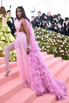 See all of the Met Gala 2019 dresses and outfits straight from the red carpet. The first Monday in May annually brings together the great and the good from the realms of fashion and film for the Met Gala. Fashion Bella, Fashion Week, Star Fashion, Fashion Addict, Gala Dresses, Nice Dresses, Wedding Dresses, Celebrity Red Carpet, Celebrity Look