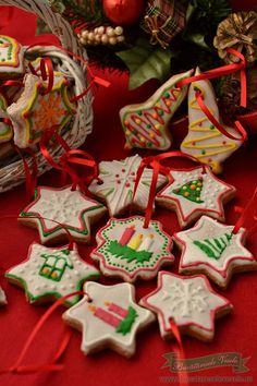 Am hotarat anul acesta ca bradul nostru sa il impodobim doar cu Turta dulce, panglicute, luminite. Zis si facut ne-am apucat cu mic cu mare sa pregatim turte dulci. E adevarat ca nu mai avem nici o turta dulce la acest moment caci s-au mancat toate, dar vom pregati pentru Craciun portie tripla caci tare Gingerbread Cookies, Christmas Cookies, Winter Holidays, Soul Food, Biscotti, Sweet Tooth, Recipies, Cooking, Desserts