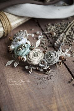 diy flowers hacks are available on our site. look at th s and you wont be sorry you did. Textile Jewelry, Fabric Jewelry, Jewelry Art, Beaded Jewelry, Handmade Jewelry, Fabric Necklace, Diy Necklace, Flower Necklace, Lace Flowers