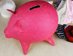 Upcycling DIY - Sparschwein basteln aus Altpapier und Stoffresten › Anleitungen, Do it yourself, Material, Nähwerkstatt › Bastelanleitung Sparschwein, Basteln für die Hochzeit, Basteln mit Stoffresten, DIY, DIY mit Stoff, Funkelfaden DIY, Geldgeschenk basteln Hochzeit, Sparschwein basteln Piggy Bank, Material, Scrappy Quilts, Diy Piggy Bank, Old Paper, Saving Money Jars, Craft Tutorials, Money Bank