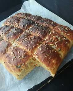 Gulrotbrød i langpanne! – H J E M M E L A G A Baking And Pastry, Bread Baking, Y Food, Food And Drink, Bread Recipes, Cooking Recipes, Homemade Dinner Rolls, Norwegian Food, Piece Of Bread