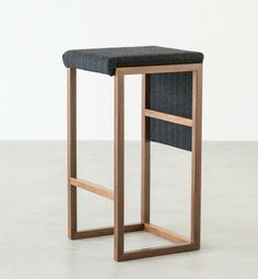 Der Name cubo stammt aus dem Italienischen und steht für Würfel. Seine schlichte Form verleiht dem #Barhocker seinen Charakter. Er ist die Abwandlung aus der Stuhlserie Cubo. Der Hocker eignet sich besonders für Küchetheken, Bar oder im Objektbereich. Das Modell gibt es auf Anfrage in jedem erdenklichen Holz oder lackiert.