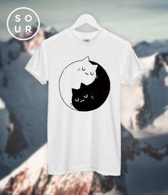 Top unisex de Yin Yang gatos gatitos camiseta por SOURclothing