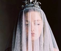 Beautiful bride with exquisite crown and lovely veil. Crown by Heart of Gold designs, veil and wedding dress from Gossamer Vintage, image by Laura Gordon Photography. Wedding Blog, Dream Wedding, Wedding Day, Wedding Veils, Wedding Dresses, Laura Gordon, Boho, Hippy Chic, Tips Belleza