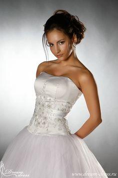ALPES  Описание:  Свадебное платье имеет фасон «Шар». Атласный верх платья выполнен в виде плотно облегающего корсета на шнуровке, украшенного кружевом, кристаллами Swarovski, стразами, бисером, бусинками и паетками. Пышная юбка выполнена из нескольких слоев: нижний слой из легкого атласа, три последующих слоя – тюль. Последний слой украшен кружевом, бусинками, бисером, стразами и паетками. http://www.dream-dress.ru