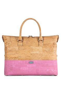 Korktasche natur-rosa. Skaliere deine Handtasche per Knopfdruck in drei verschiedene Grössen! Die konvertiblen Produkte von Artipel überraschen mit kreativen Mustern sowie leuchtenden Farben. Erhältlich als Tasche oder Rucksack aus Kork. Abnehmbarer Trageriemen. Jetzt kaufen: www.korkeria.ch   #korktasche #korkprodukt #artipel #nachhaltigemode Kate Spade, Paint, Bags, Pink, Cool Patterns, Sustainable Fashion, Products, Handbags, Nature