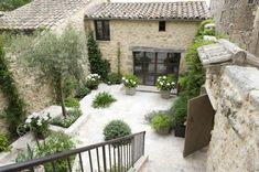 Simple beauty in the South of France- photography – greige design - courtyard garden with gravel Outdoor Rooms, Outdoor Living, French Courtyard, Italian Courtyard, Casa Patio, Patio Wall, France Photography, Tree Photography, Creative Photography