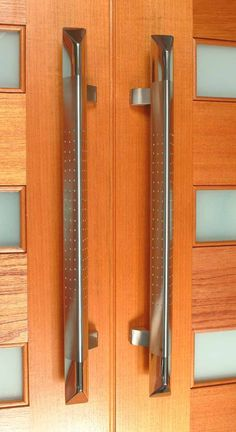 The Madison front door pull handle is a stunning handle, it's triangular profile is quite different to most of the handles available. The main body of the handle is brushed stainless steel with dimples. While it's high polished Chrome tips make it a most desirable handle. The Madison is also available in Marine Grade 316 stainless steel for salt water environment.