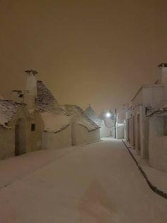 Winter in Alberobello, Puglia (Apulia), Italy). Winter Szenen, I Love Winter, Winter Magic, Winter Christmas, Italy Winter, Snowy Day, Snow Scenes, Winter Beauty, Winter Pictures