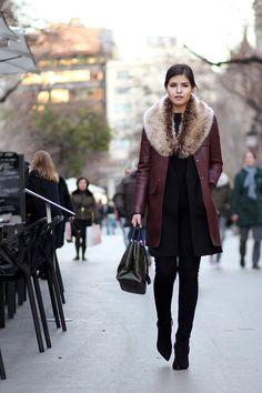 Fab fur and maroon coat Winter Chic, Winter Wear, Autumn Winter Fashion, Winter Ootd, Booties Outfit, Smart Outfit, Aesthetic Clothes, Everyday Fashion, Winter Outfits